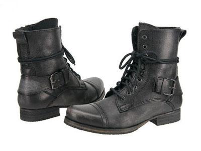 8075ae7dc3e64 Jak przystało na obuwie stylizowane na wojskowe, kozaki Blink Maron 400367  są przystosowane niemal do warunków polowych i zniosą każdą aurę.