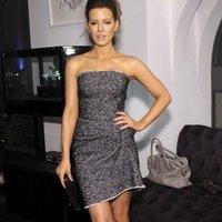 71d42e45bfd19 Sukienka Kate Beckinsale z designerskimi marszczeniami jak DOTS